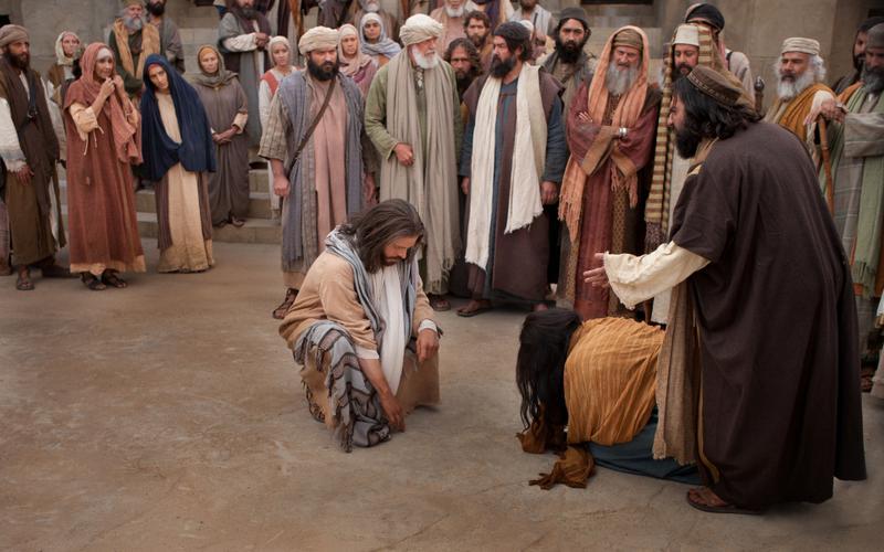 Jesus Cristo e a mulher sendo julgada por outros.