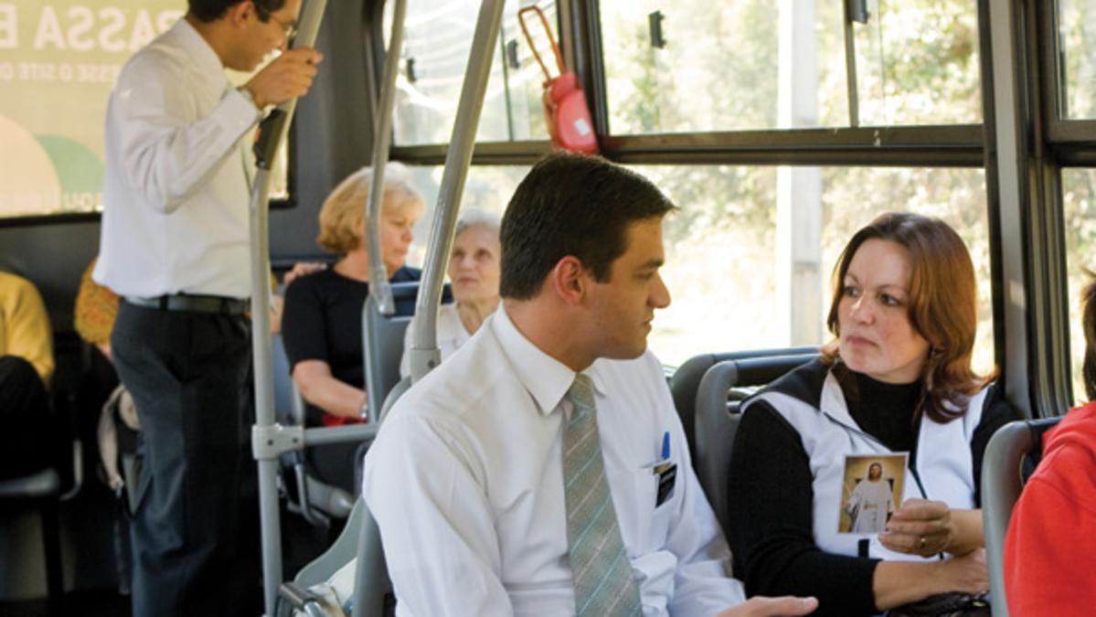 Missionário falando de Jesus para uma pessoa interessada.