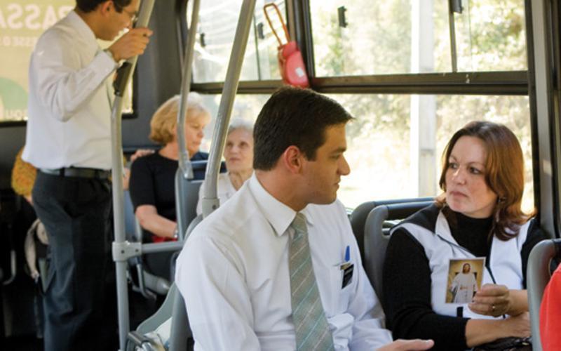 Missionários compartilhando o evangelho de Jesus Cristo.
