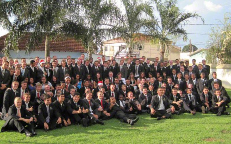 Um grupo de missionários da Igreja de Jesus Cristo dos Santos dos Últimos Dias.