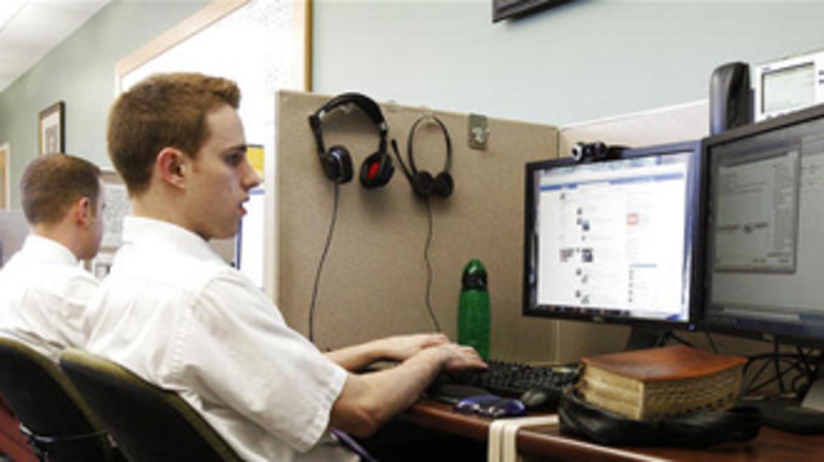 Missionário trabalhando no computador