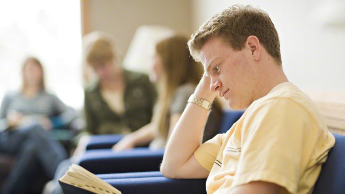 Jovem missionário aspirante lendo