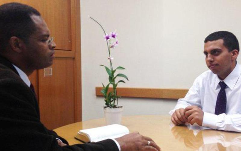 Um líder entrevista um futuro missionário mórmon.