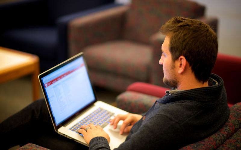 Um jovem se candidatando para ser um missionário mórmon em um computador