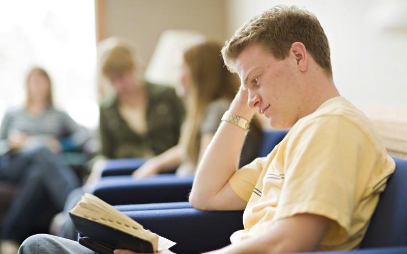 Um futuro missionário mormon estuda as escrituras.