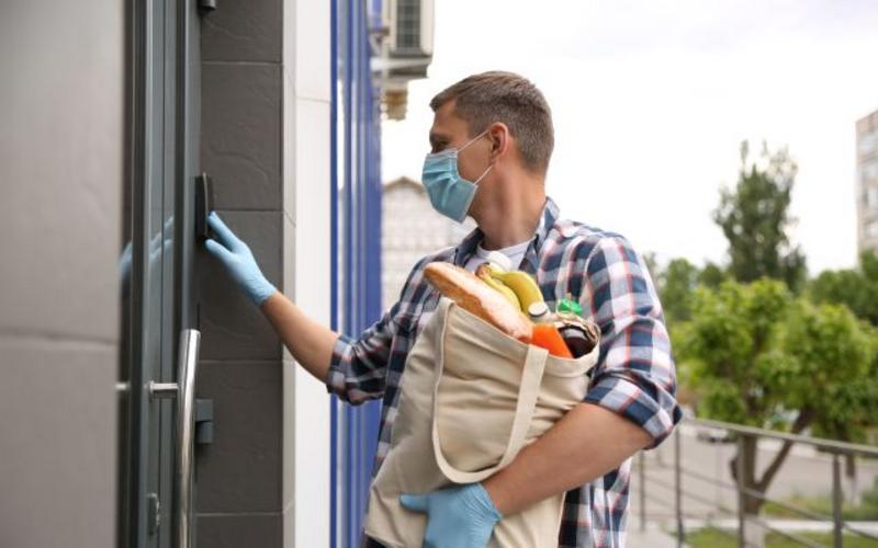 мъж доставя хранителни стоки