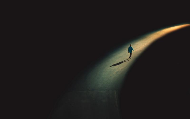 мъж върви към светлина