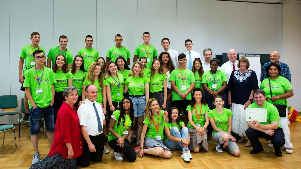 Младежите от летния лагер на организация Мостове в сградата на Църквата в Пловдив