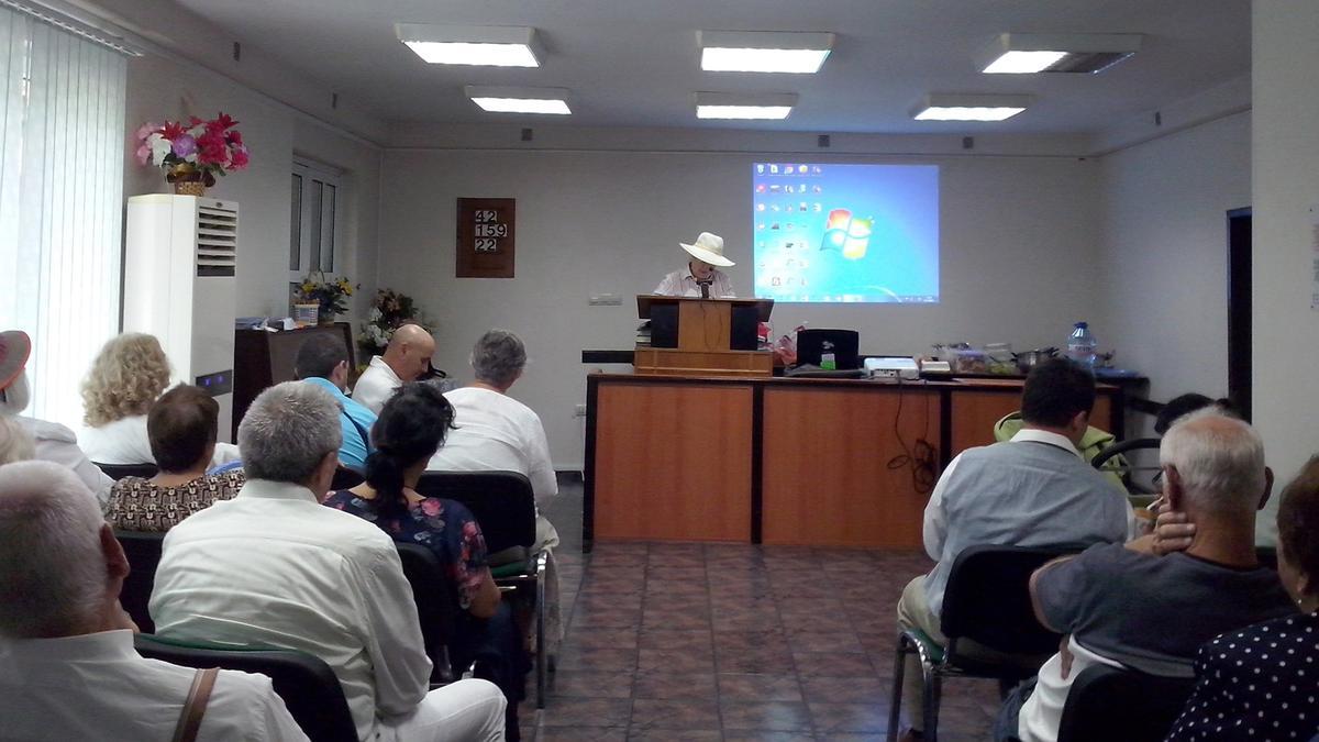 Сестра Елена Щилянова чете молитвата за освещаване на България