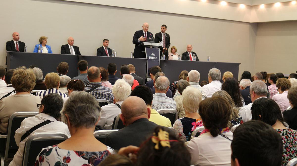 Старейшина Ренлънд изнася своето послание пред членовете на Църквата в България