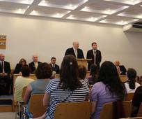 Старейшина Ренлънд говори пред сестрите от Църквата в България