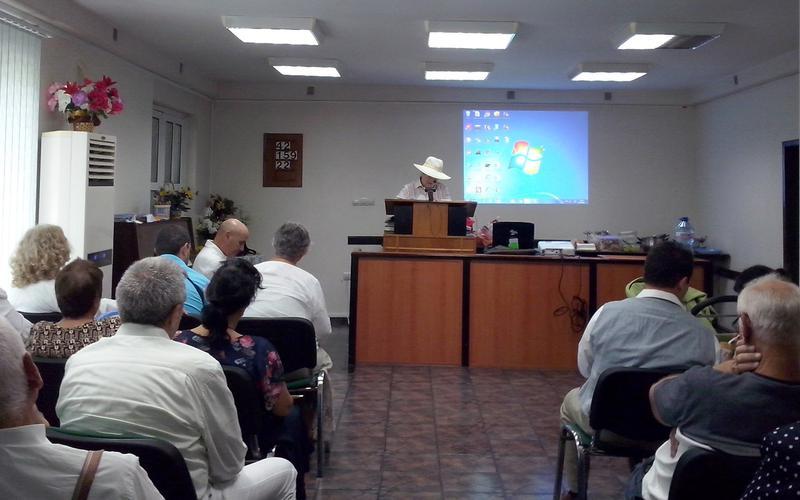 Сестра Елена Щилянова чете молитвата, за освещаване на България