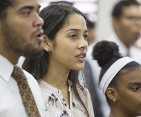 Les jeunes adultes de la République dominicaine chantent un hymne.