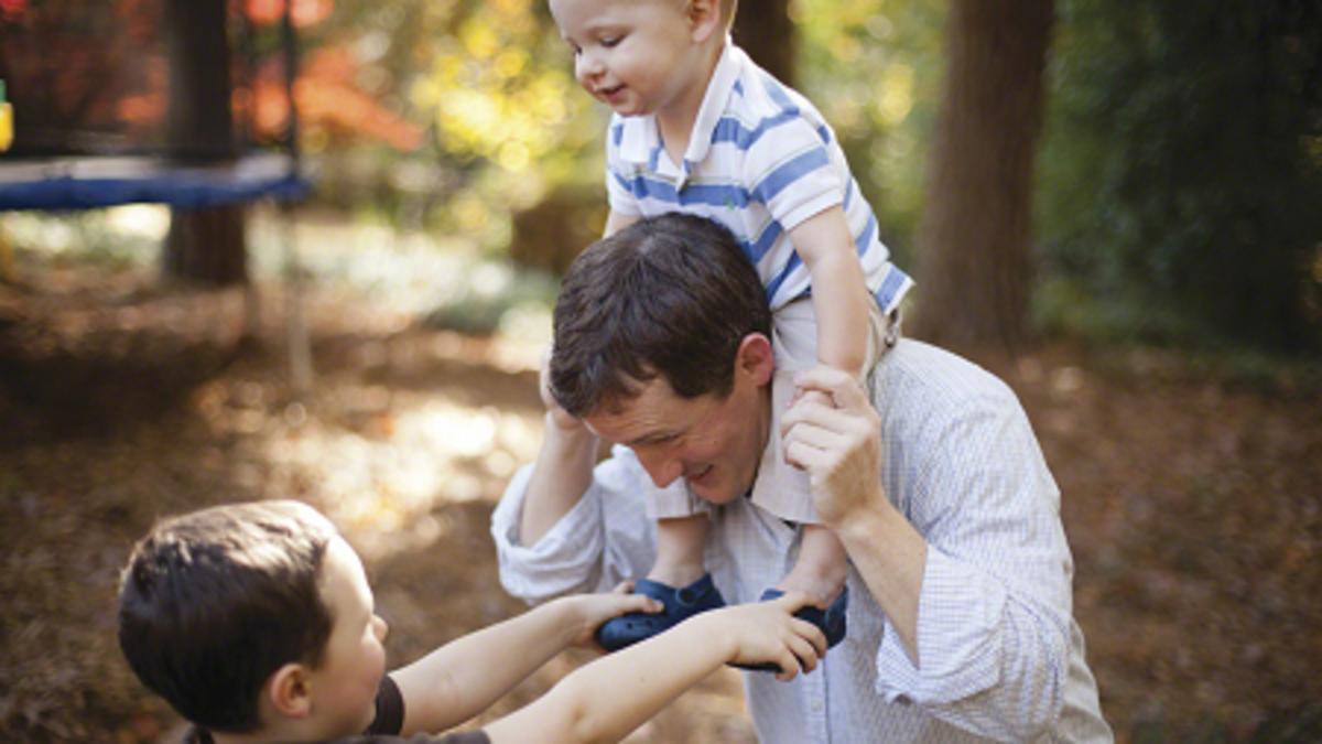 Děti si hrají s tatínkem