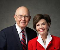 Op 23 februari 2020 nemen president en zuster Oaks deel aan een Face to Face-evenement voor jongeren.