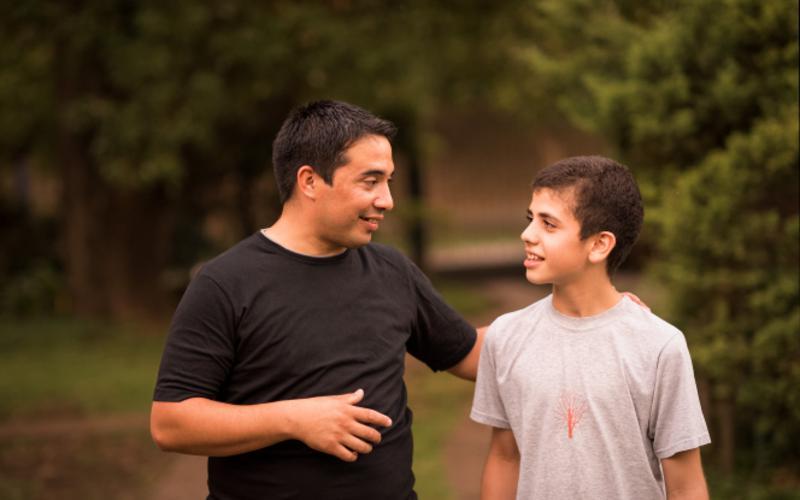 Padre SUD hablando con su hijo.