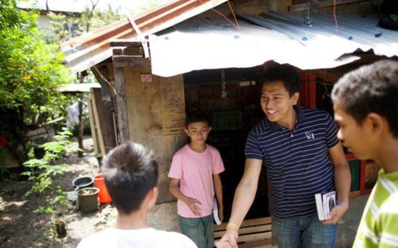 Ministros SUD visitando a una familia