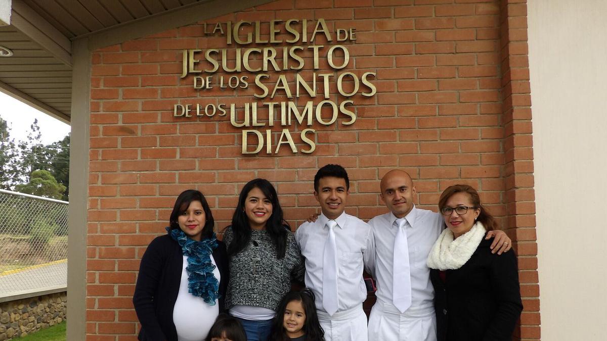 Miembros SUD asistiendo a un bautismo