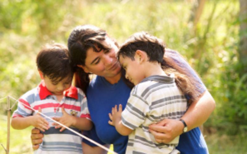 Madre SUD con sus dos niños.