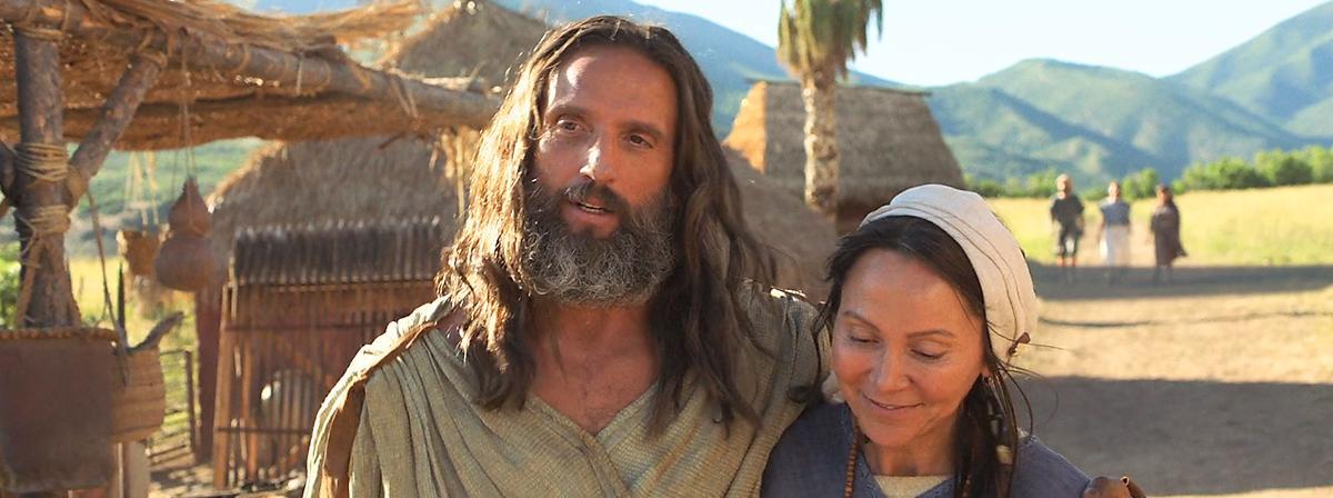 Nephi und seine Frau gehen glücklich einen Weg entlang