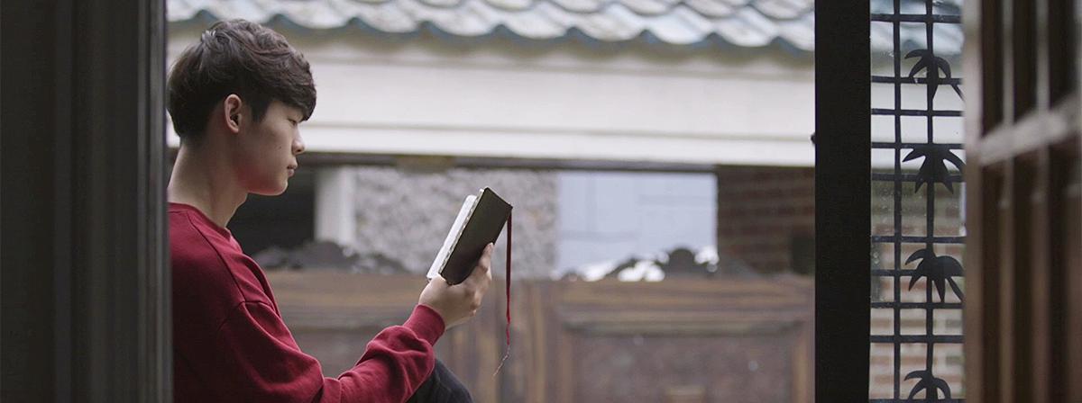 Ung mand læser i skrifterne