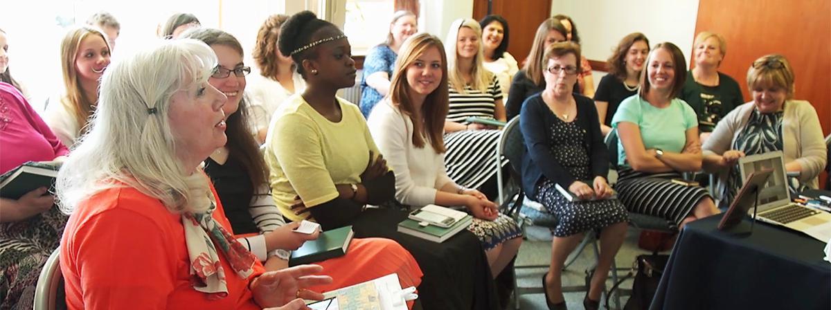 Ženy spoločne diskutujú o evanjeliu v triede.