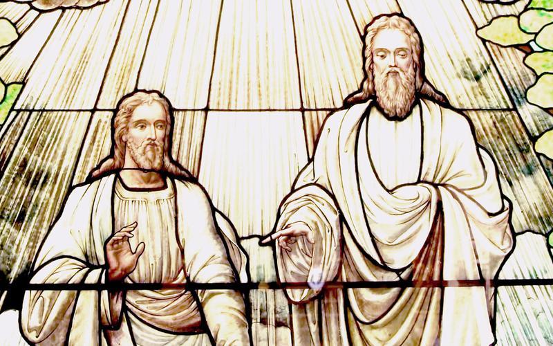 vitraž na kojem je prikazano Božanstvo
