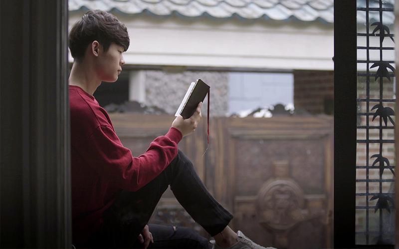Ein junger Mann liest in den heiligen Schriften