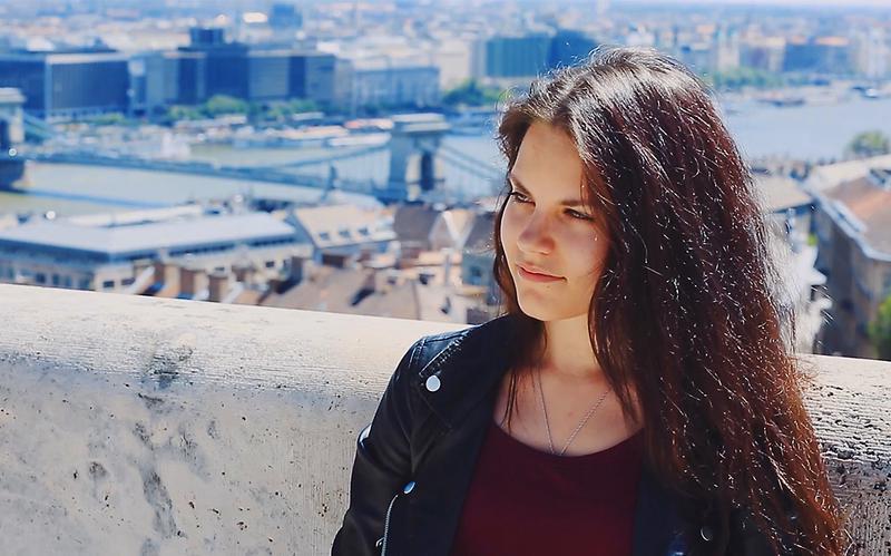 Una mujer joven sentada reflexionando sobre su vida