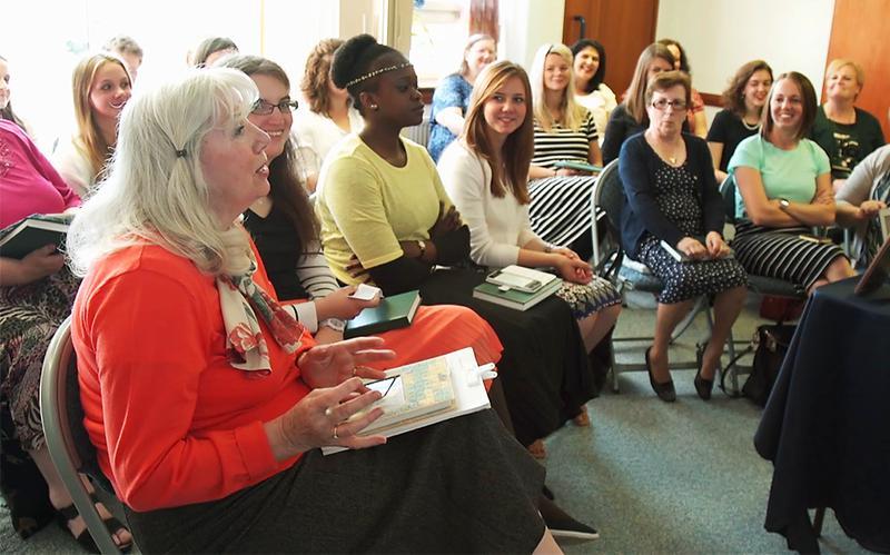 Femmes échangeant au sujet de l'Évangile dans une salle de classe.