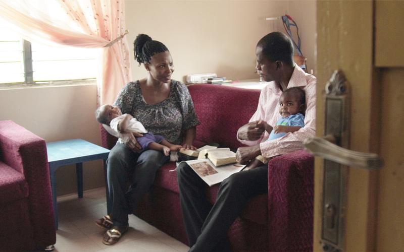 Uma Família a ler as escrituras.