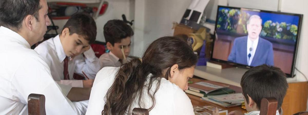 Une famille regarde la conférence générale en ligne