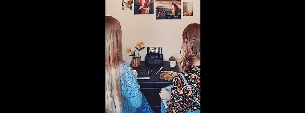 două surori misionare sunt într-un apel de tip conferință pe telefoanele lor inteligente