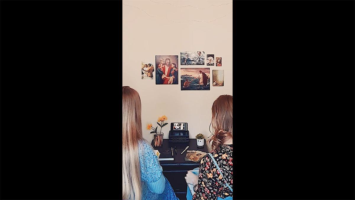 dy motra misionare bëjnë një bisedë me video me telefonin e tyre inteligjent