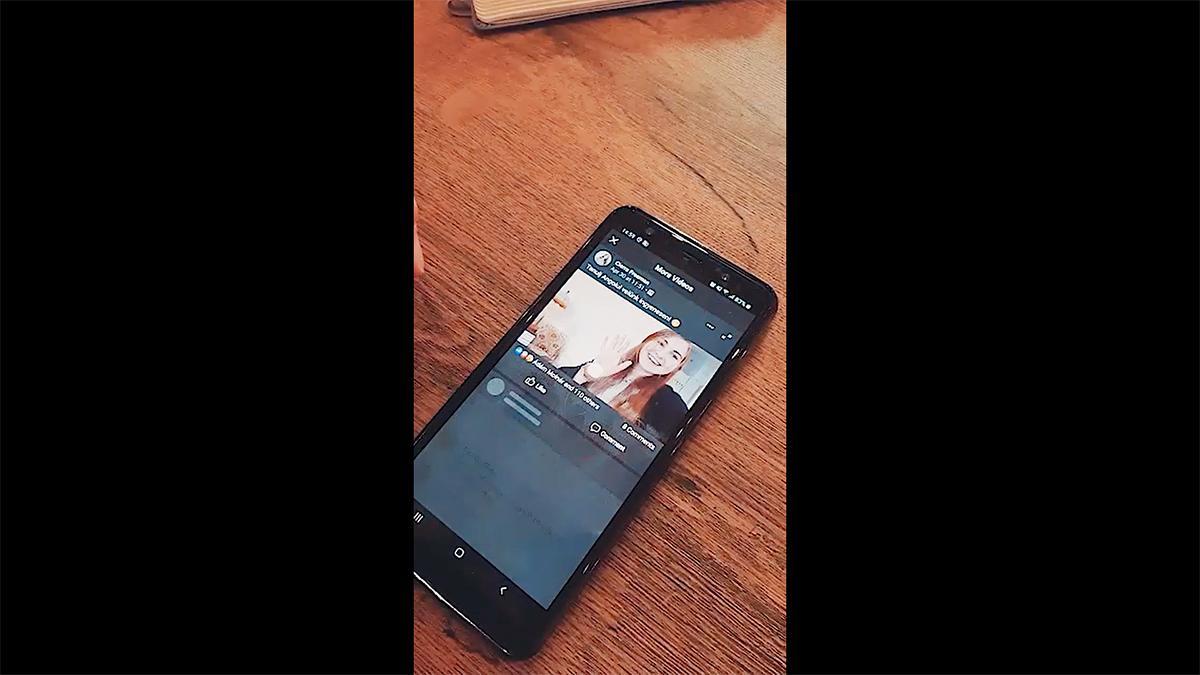 Pametni telefon pokaže misijonarko na dogodku z neposrednim prenosom.
