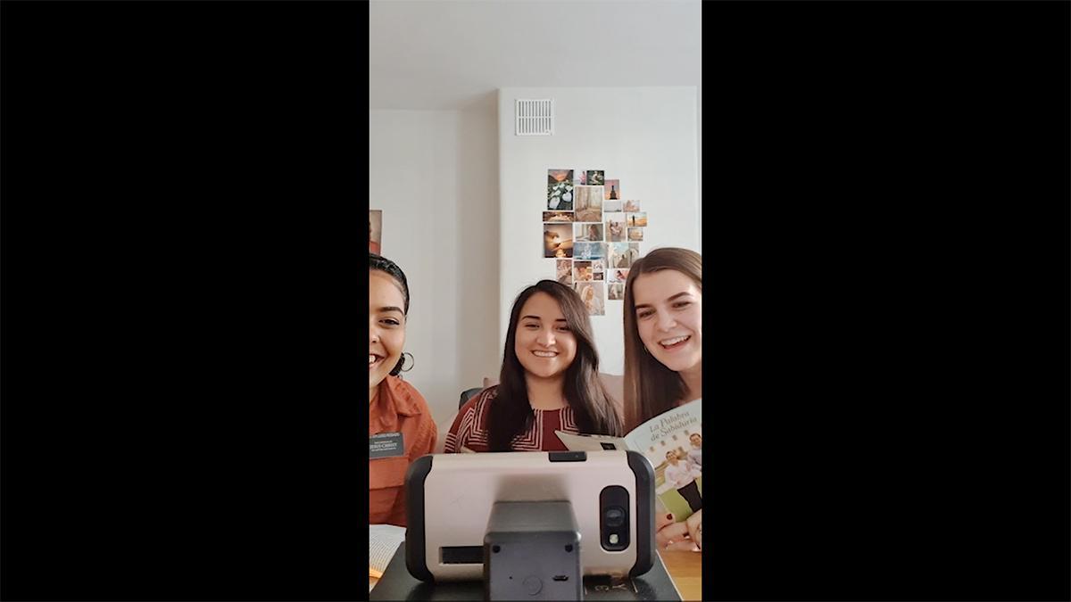 három misszionárius nővér egy konferenciahíváson vesz részt egy okostelefon segítségével