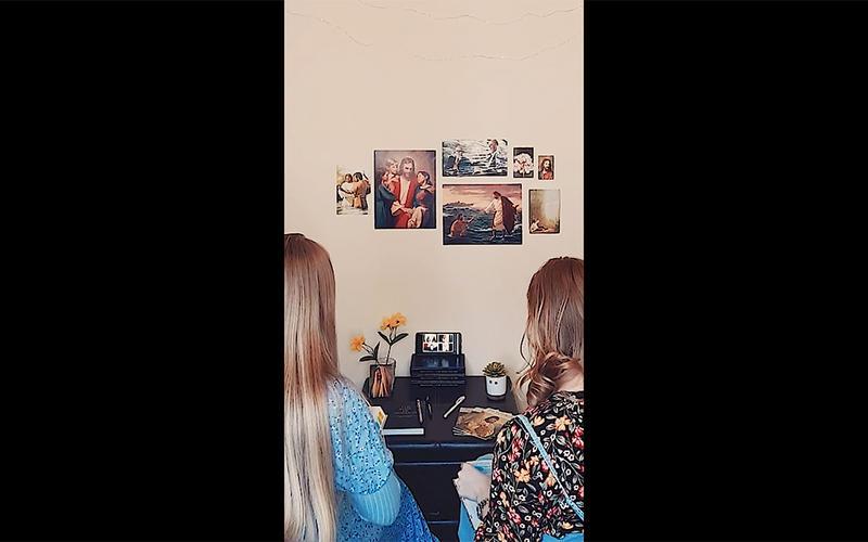 zwei Missionarinnen bei einem Anruf auf ihren Smartphone
