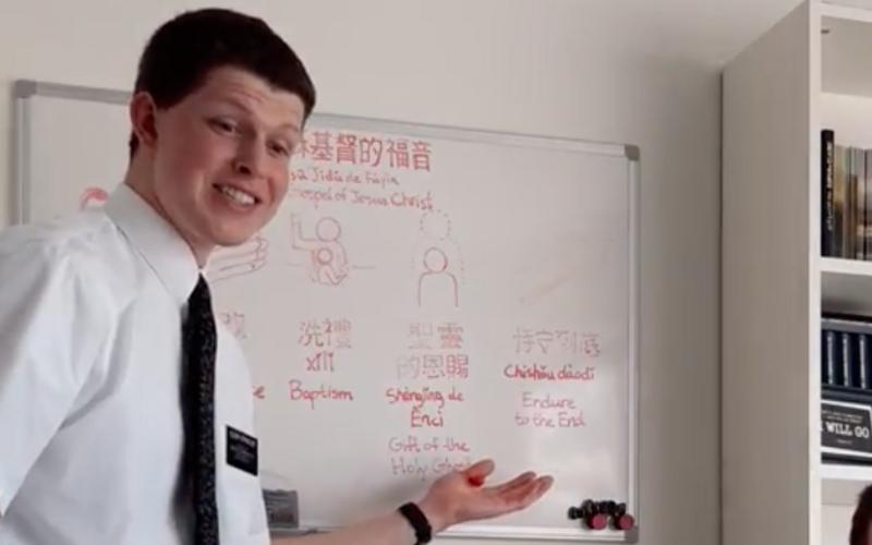 Πρεσβύτερος διδάσκει χρησιμοποιώντας λευκό πίνακα