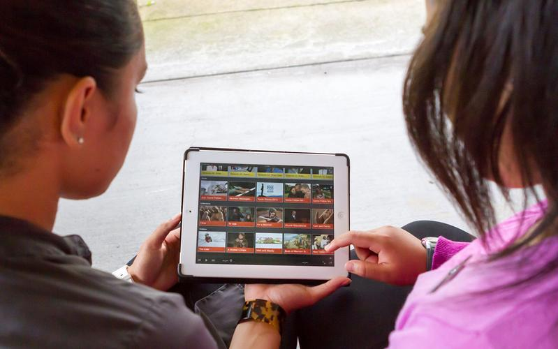 due donne guardano video su un tablet