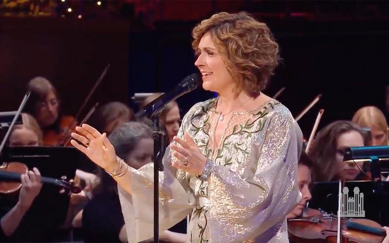 Η Σισσέλ τραγουδά συνοδευόμενη από την Orchestra at Temple Square