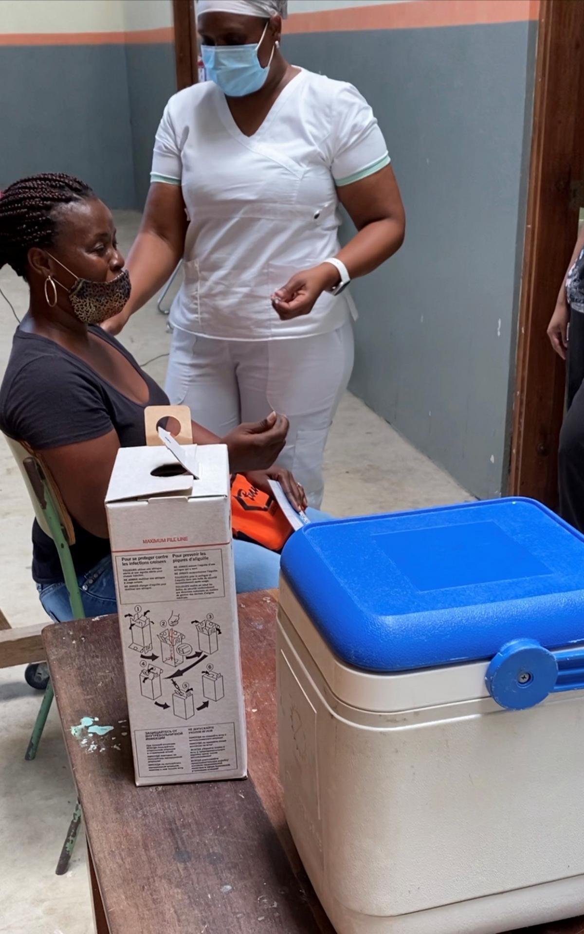 Fin avril 2021, une infirmière se prépare à administrer le vaccin contre la COVID-19 aux résidents de Belize City