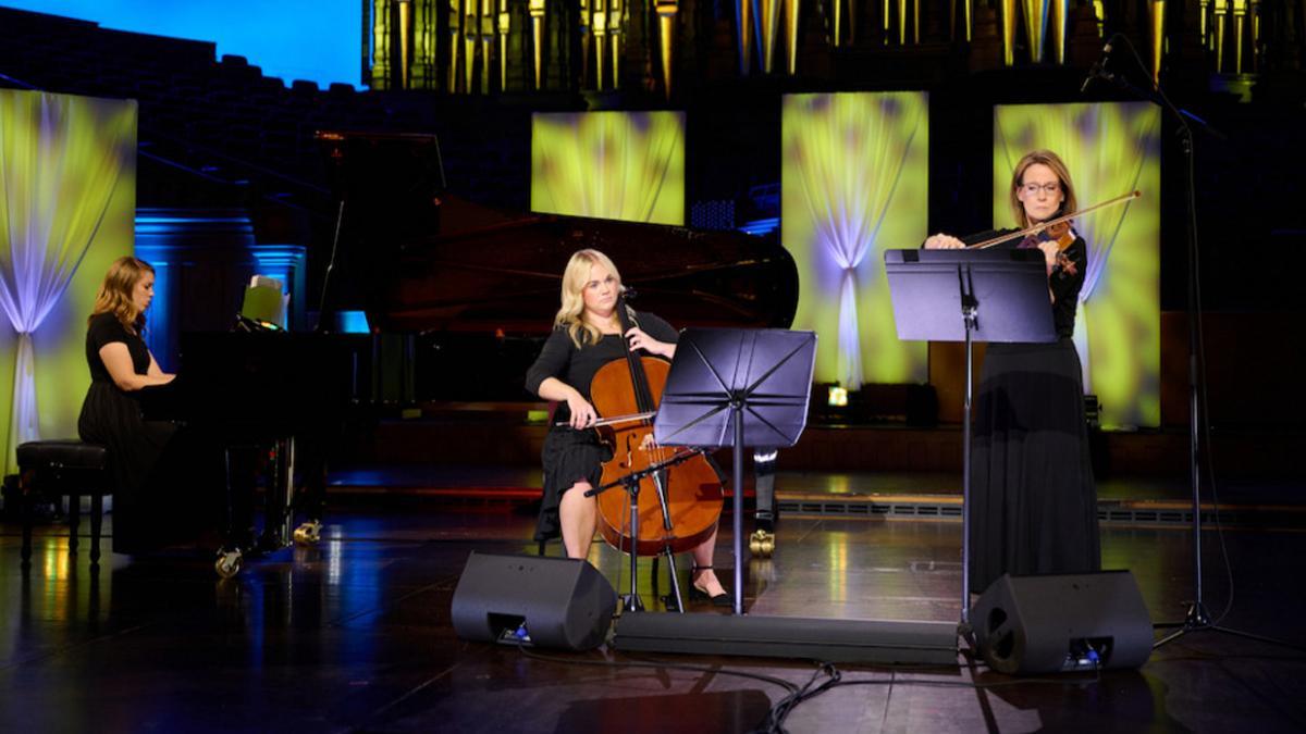 Emily Rice, Hailey Gibb und Diane Bastian spielen 'The Lord Is My Shepherd' für das Musikfestival  der Kirche, 2021.