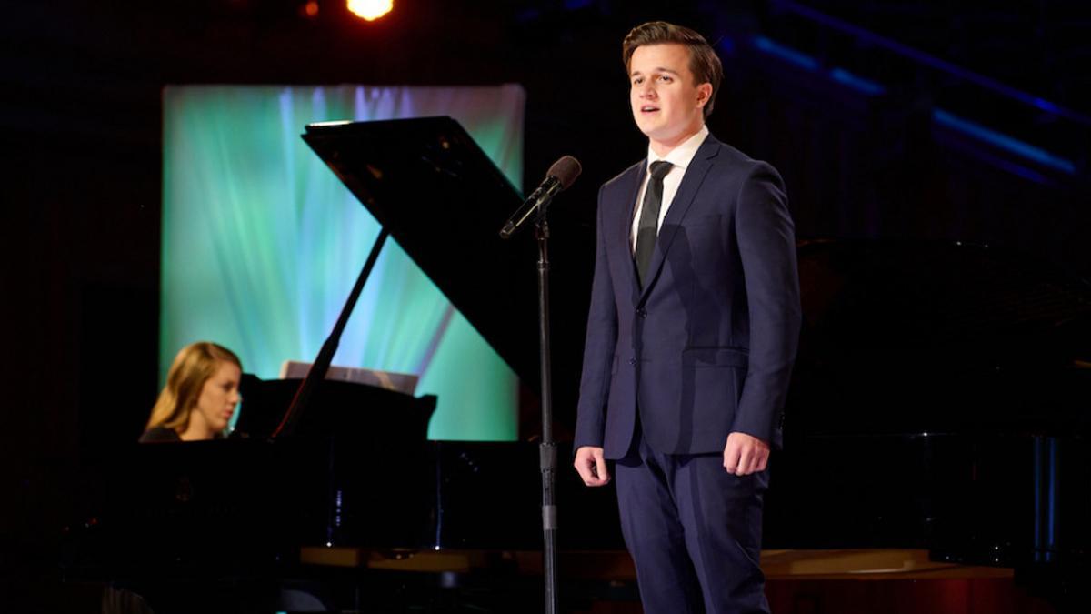Erick Mosteller singt beim Kirchenmusikfest 2021 'Süß über allem, was süß ist'.