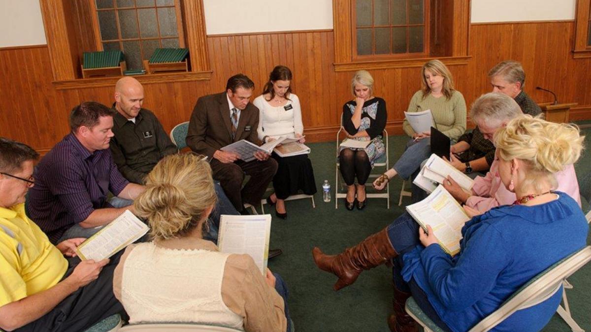 Každá skupina Programu odvykania od závislosti (POZ) sa skladá z účastníkov, ktorí pracujú na svojom uzdravení, služobných misionárov POZ a pomocníkov, ktorí sami našli zotavenie a uzdravenie pomocou Programu odvykania od závislosti
