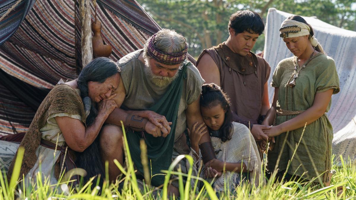 Rodina sa modlí, obrázok zo scény v epizóde tretej série videí z Knihy Mormonovej.