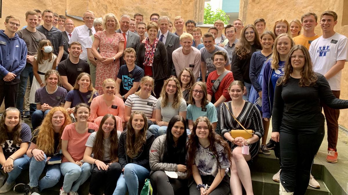 Starší Kopischke a sestra Kopischkeová spolu s misionármi a členmi po nedeľnej bohoslužbe v eifelskej pobočke