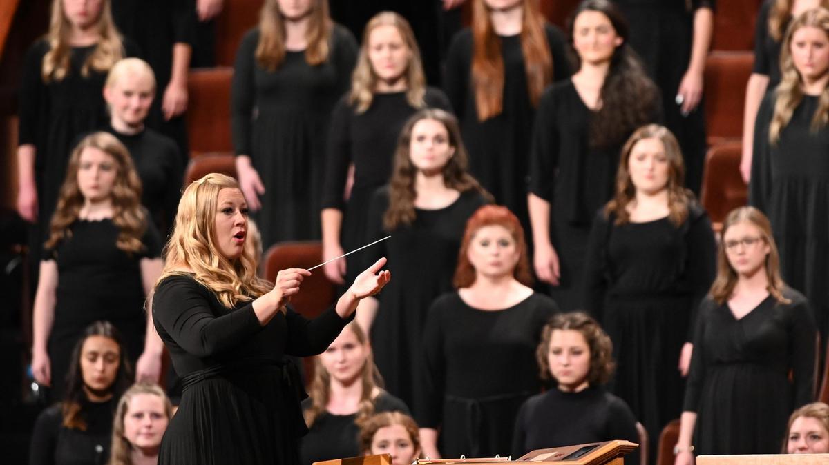 Соња Полтер диригује мешовитим хором студената са Универзитета Бригам Јанг на суботњем вечерњем заседању генералне конференције.