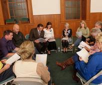 V vsaki skupini programa za zdravljenje odvisnosti (PZZ) so udeleženci, ki delajo na tem, da bi ozdraveli, misijonarji, ki služijo v PZZ, in facilitatorji, ki so že okrevali in ozdraveli s pomočjo programa za zdravljenje zasvojenosti
