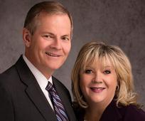 Elder Gary E. Stevenson vom Kollegium der Zwölf Apostel und Schwester Lesa Stevenson leiten die Andacht