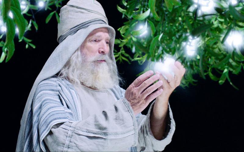 Lehi contempla el fruto blanco y brillante del árbol de la vida en sus manos.